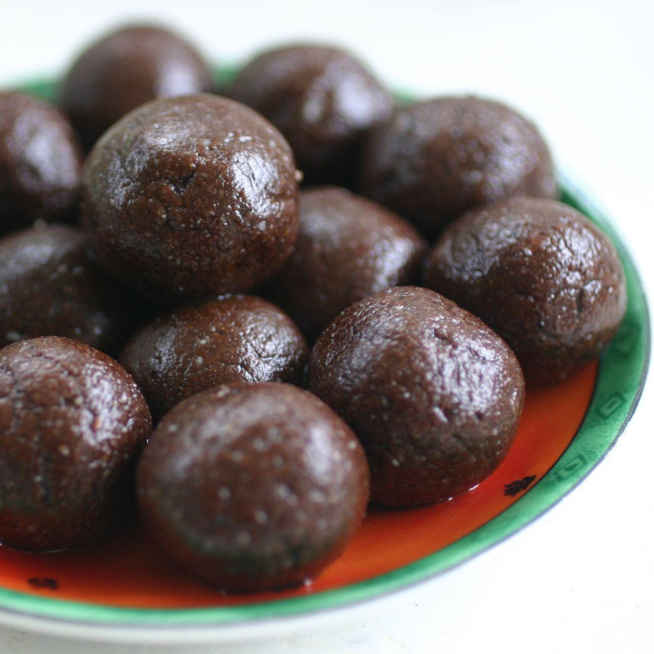 Raw Chocolate Sesame Almond Halva Balls